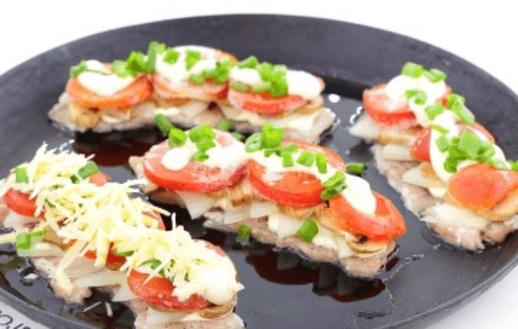 мясо по-французски с курицей, помидорами и сыром