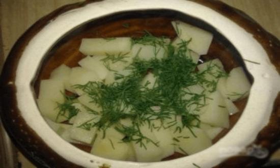 выкладываем картофель в горшочки