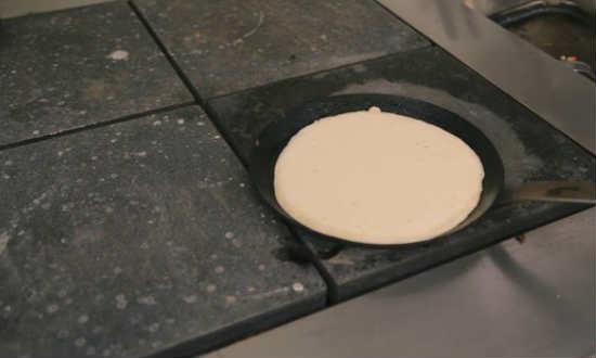 Разливаем тесто по сковороде
