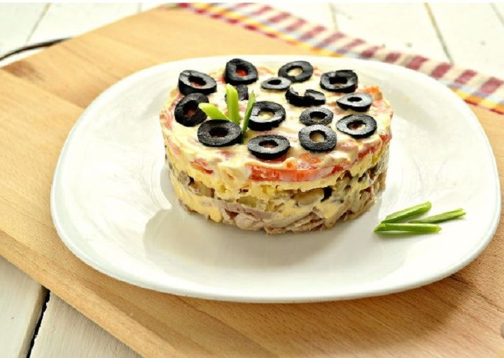 Слоеный салат с курицей, грибами и помидорами