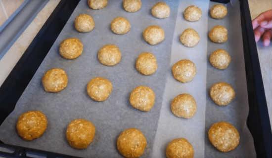 Выкладываем печенье из теста на противень