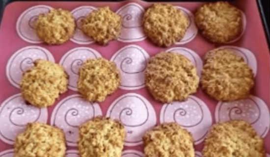Готовое печенье посыпаем сахарной пудрой