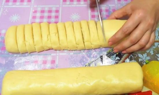 Режем тесто на кружки