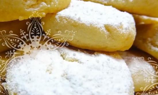 Посыпаем готовое печенье пудрой