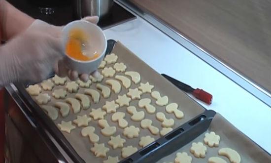 Смазываем печенье яйцом