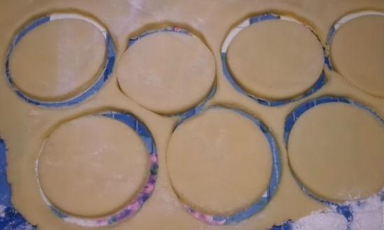Вырезаем формой печенье