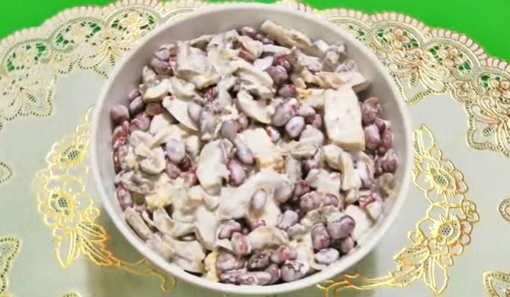 Салат с фасолью грибами и сухариками