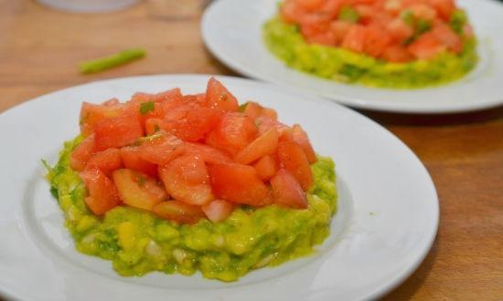 Салат с тунцом яйцом и авокадо