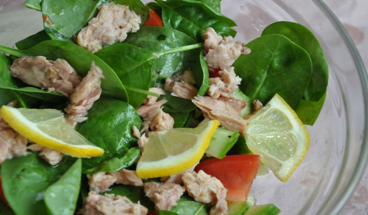 Салат с консервированным тунцом и авокадо