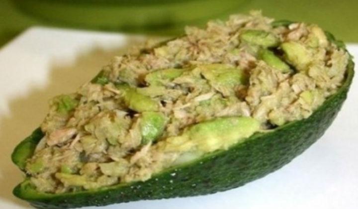 Салат с тунцом, авокадо и огурцом