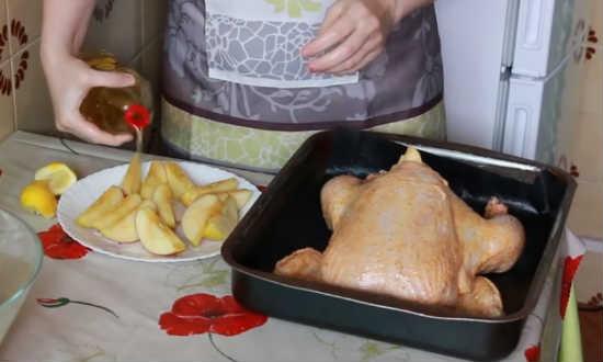 яблоки полить лимонным соком и оливковым маслом
