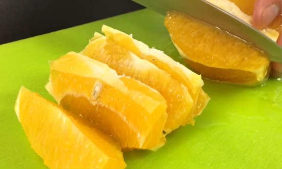 обрезаем корку и нарезаем апельсин