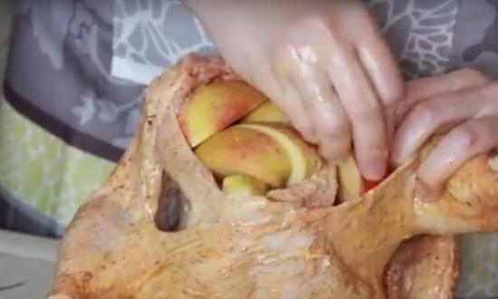 наполняем курицу дольками яблока и лимона