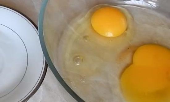 разбить куриные яйца в миску