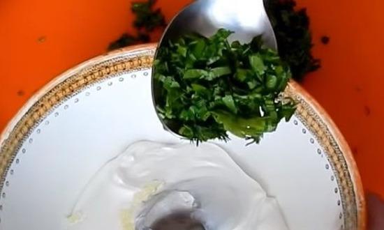 измельчить зелень и добавить в миску