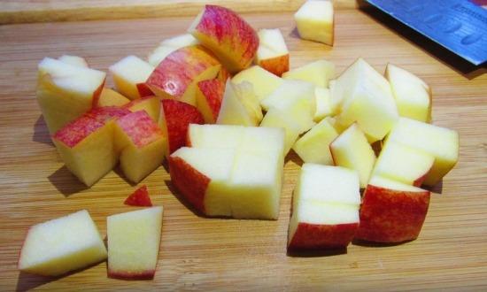 нарезать яблоки крупными кубиками