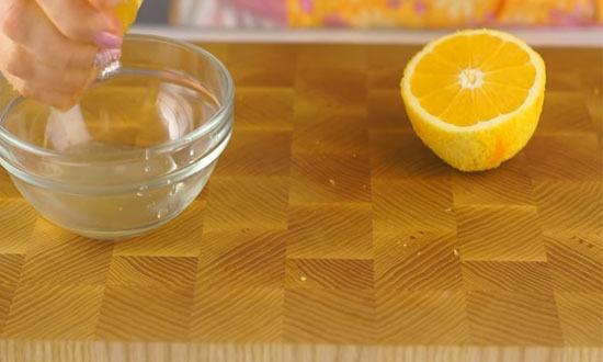 выдавить апельсиновый сок