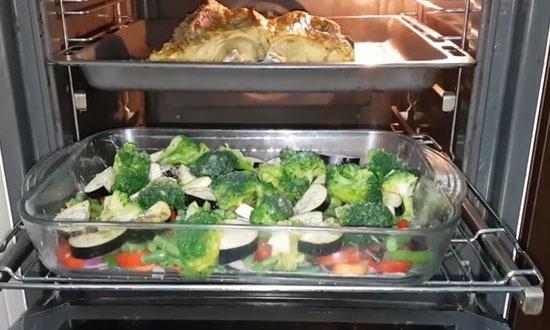 уложить все овощи отправить в духовку с курицей