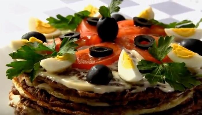 торт с омлетом и помидорами