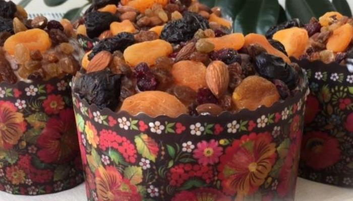 кулич на Пасху с сухофруктами и орехами