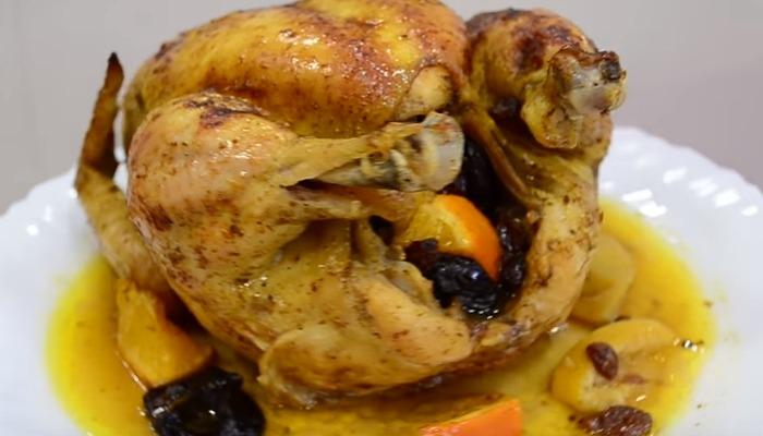 Курица с черносливом, изюмом, лимоном, яблоком и апельсином