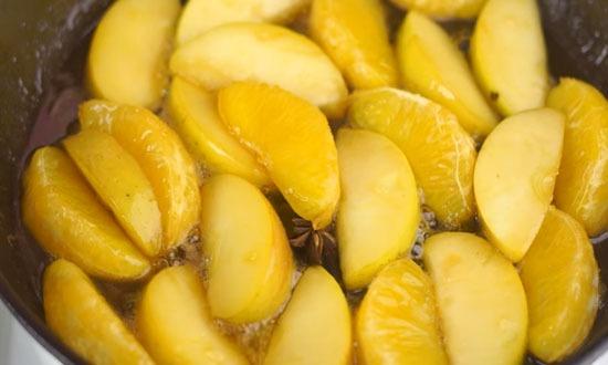 уложить фрукты в карамель