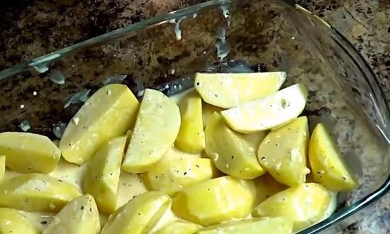 Разложить картофель в стеклянную посуду