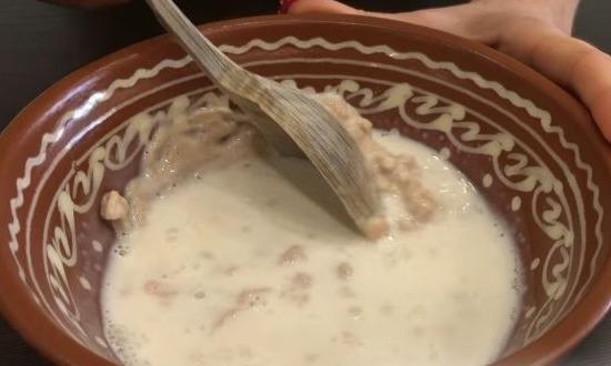 соединить молоко со сливками, дрожжами и сахаром