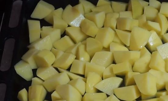 картофель на противне