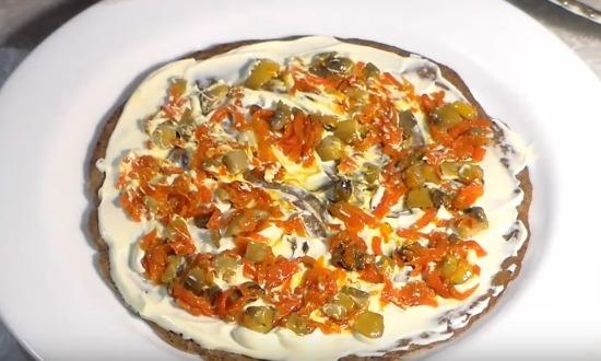 Сверху разложить тонким слоем морковно - грибную начинку