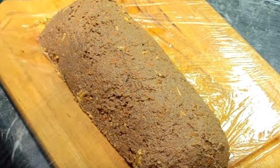 накрыть слоем печени сыр