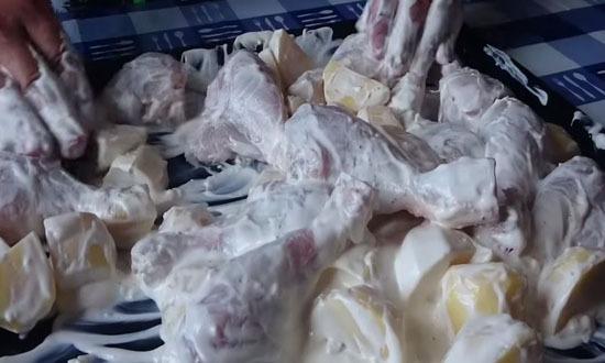 перемешать курицу с соусом
