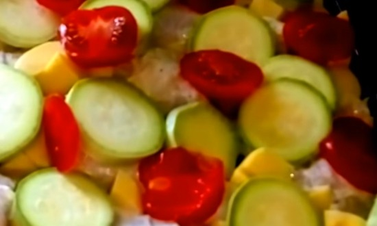 нарезать и разложить помидоры
