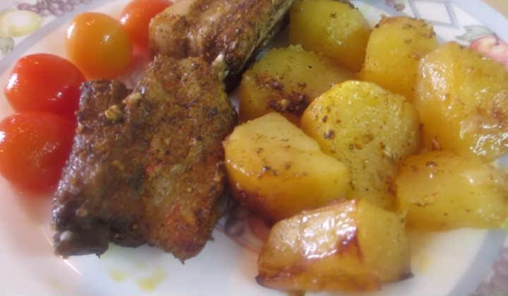 Свиные рёбрышки в духовке с картошкой в рукаве