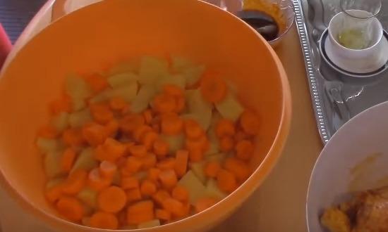 морковь и картофель пересыпать в миску