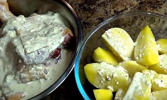 залить соусом мясо и картофель
