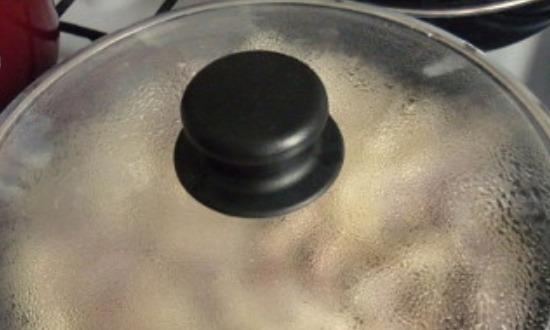 накрыть крышкой сковородку