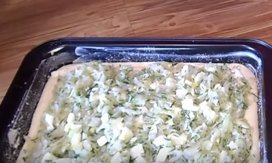 налить тесто и разложить начинку