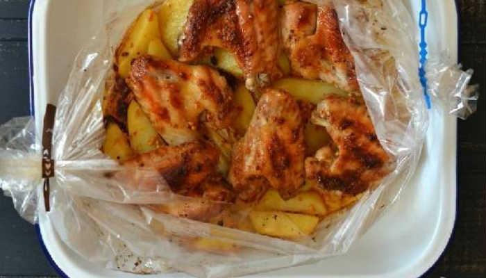 Куриные крылышки в духовке с картошкой