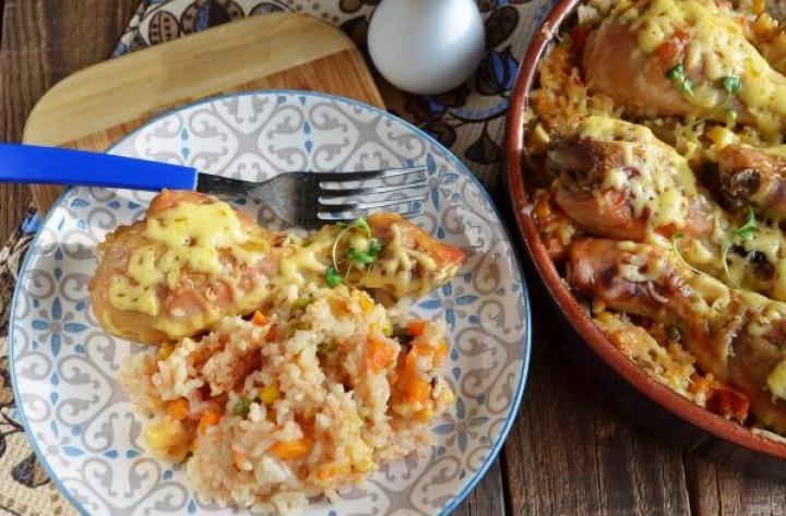 Блюдо с рисом, овощами и курицей
