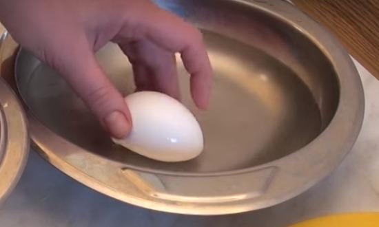 сырое яйцо намочить в воде