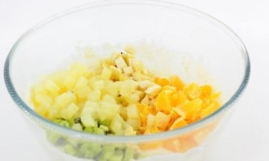 добавить фруктовые кубики к творожной массе
