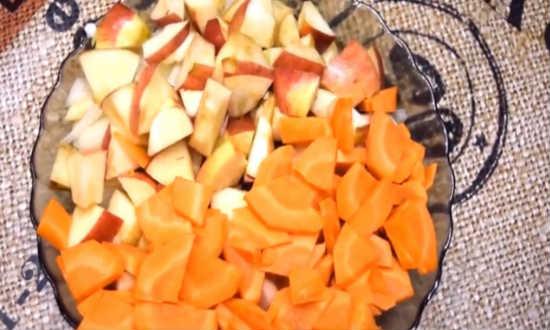 режем яблоки, морковь и лук