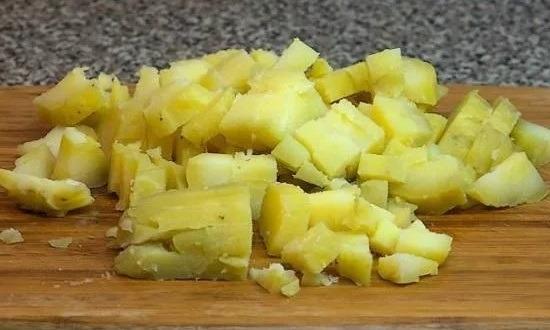 режем отваренный картофель
