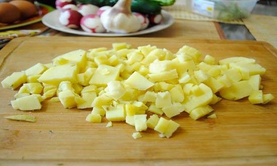 Режем картошку на небольшие кубики
