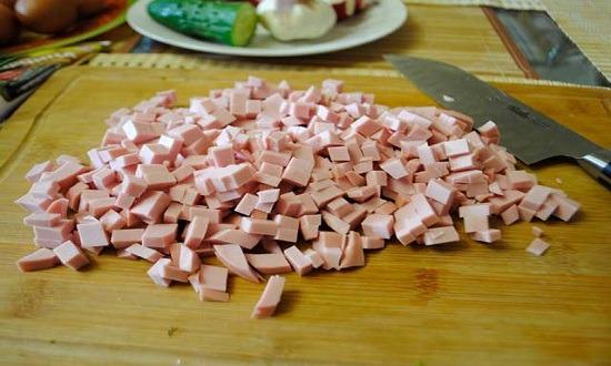 кубиками режем колбасу