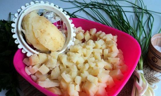 Картофель заранее отварить, остудить