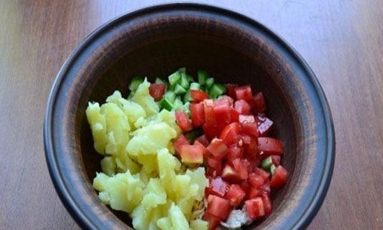 Помидоры с картофелем также нарезать