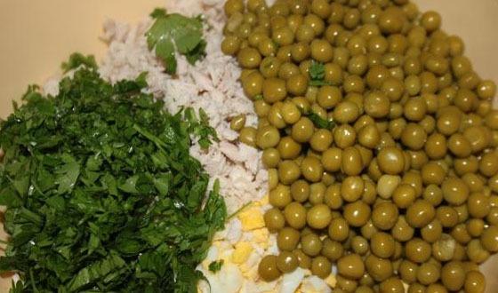 Добавить к нарезанным продуктам, немного посолить, налить майонез или сметану