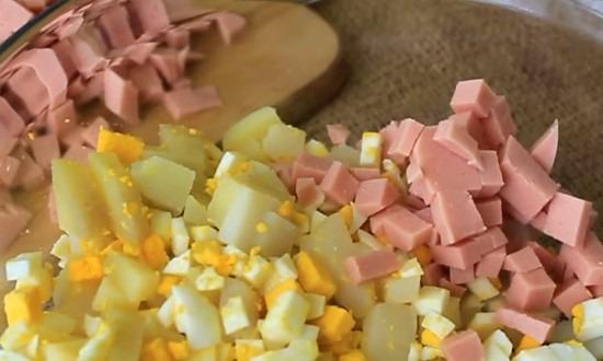 Нарезанные колбаса, картошка, яйца